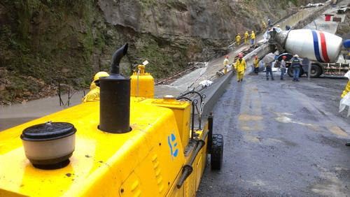 厄瓜多尔堆石坝边墙成型机施工