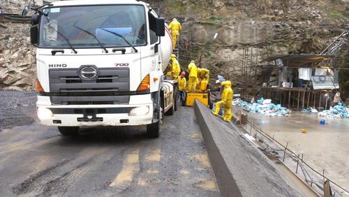 厄瓜多尔路肩成型设备施工现场