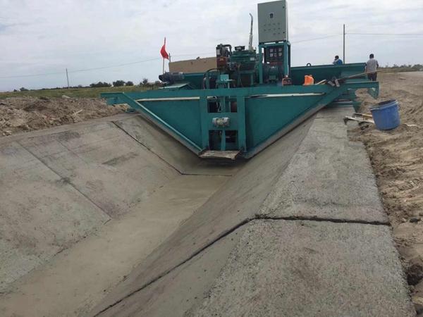 大型梯形水渠混凝土现浇成型现场