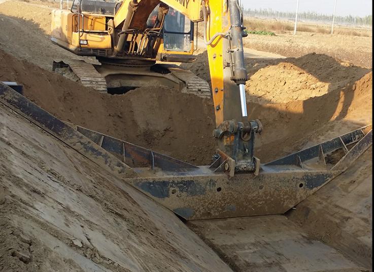 大型梯形水渠混凝土现浇成型现场挖渠作业中