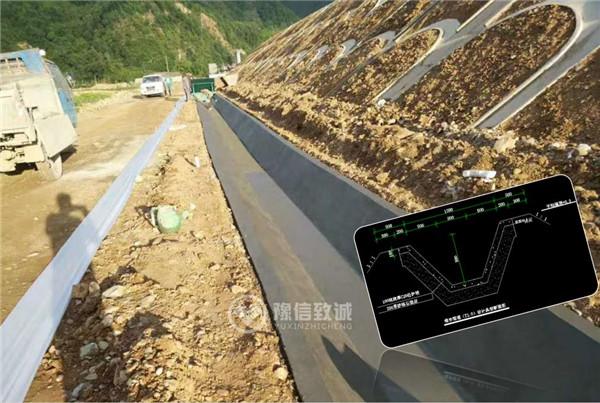 高速边沟修水渠机器施工现场